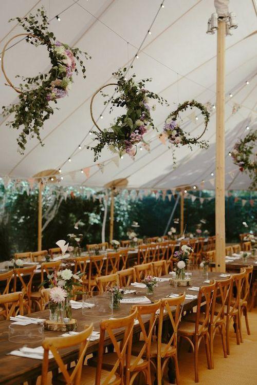 Coronas de flores colgantes para una boda con temática de jardín secreto. Fotografía: Ruth Atkinson.