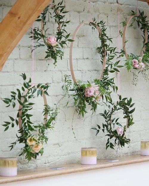 Coronas de flores suspendidas para la ambientación de fiesta de casamiento.