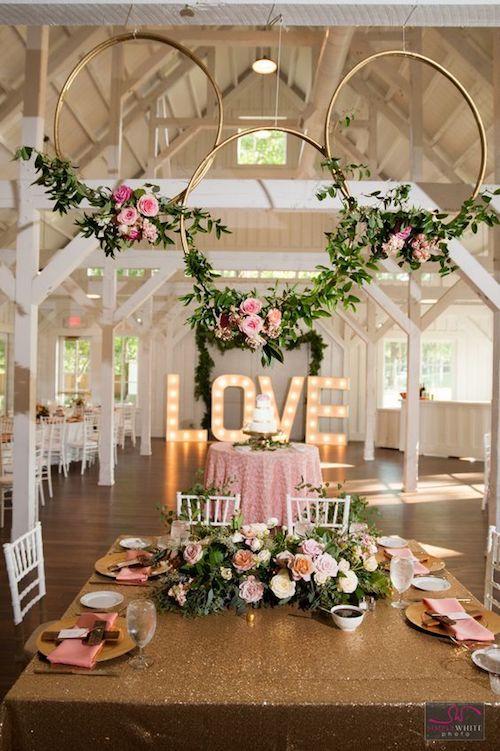Las coronas gigantes están en sintonía con la decoración de mesas. Una ambientación perfecta en rosa y dorado. Fotografía: simplywhitephoto.