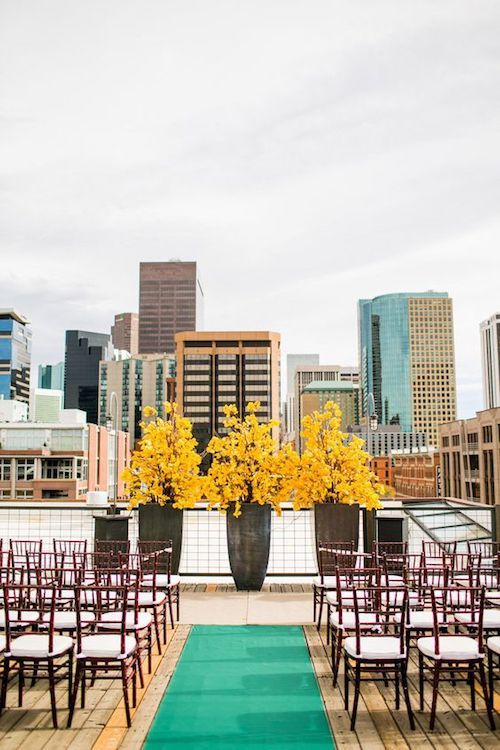 Una decoración ecléctica para una ceremonia en la terraza de un edificio en Denver, CO. Fotografía: Chris Humphreys Photography.