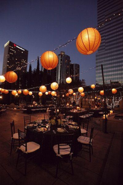 Hermosa decoración y detalles de iluminación para bodas en terrazas.