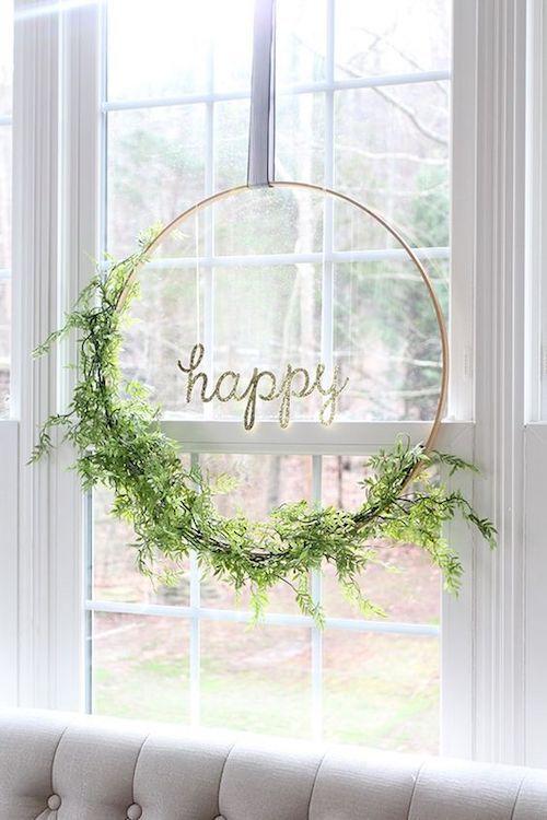 Un hula hoop y ramas y tienes una decoración preciosa para tu recepción.