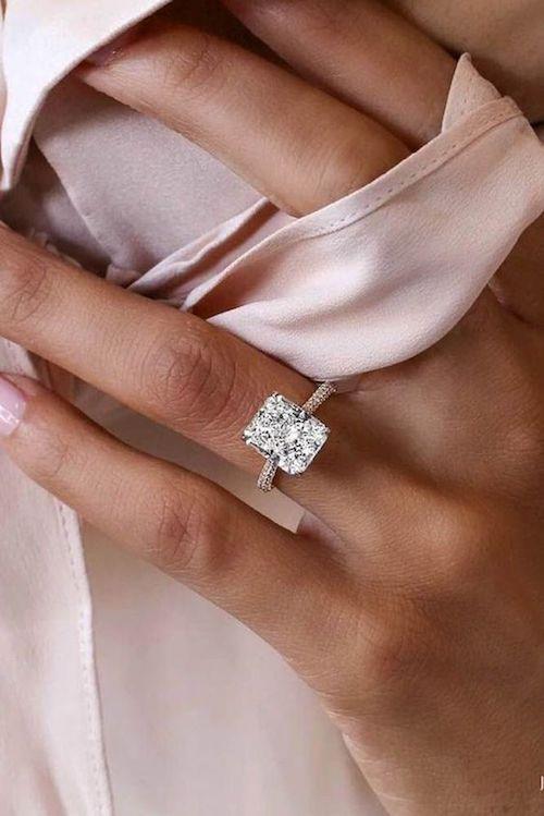 ¿Tienes que elegir anillos de compromiso? Un solitario engarzado sobre una banda de oro rosa para una novia moderna y clásica a la vez.