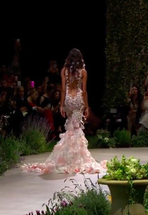 No podíamos dejar de mostrarte la espalda de este vestido. Lleva definitivamente el sello de Pronovias.