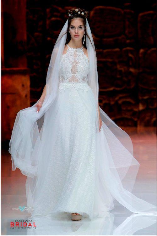Falda fluida, un top halter con transparencias y encaje, espalda abotonada, corona de perlas sobre un peinado de novia semi recogido. Inmaculada García.