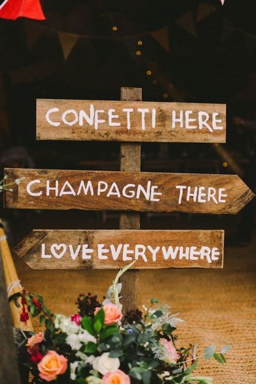 Planning a big wedding? A funny sign ensures your guests don't get lost and tells them where drinks can be found. Adorable detail for the most Instagram-worthy wedding ever!