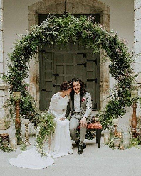 Tradicionalmente las coronas se usan en diferentes tipos de eventos pero este año están totalmente en tendencia. No dejes de hacer coronas gigantes para tu casamiento.
