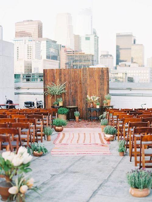 Celebración en la azotea estilo southern boho chic en el mismo centro de Los Angeles. Obsesionada ni siquiera comienza a describir lo que siento por esta boda. Idea de ceremonia de bodas en terrazas al aire libre. Fotografía: This Modern Romance.