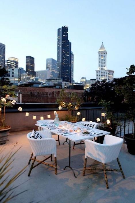 Farolitos en la reja una mesa muy íntima y una vista imperdible de la city.
