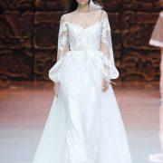 Top ilusión con espalda abotonada y unas texturas impresionantes. Inmaculada García marca el regreso a lo artesanal en vestidos de novia.