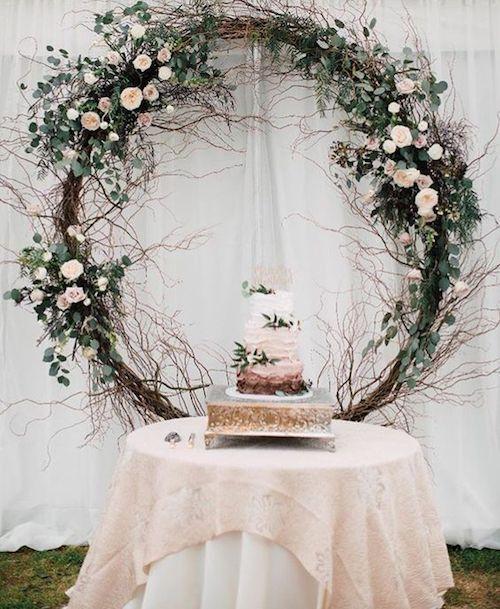 Ramas, flores y hojas enmarcan la torta.
