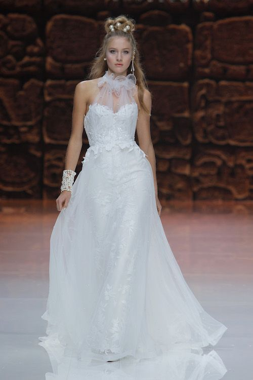 Muselinas de seda, gasa, encajes y escote corazón. Una creación para la novia actual y soñadora de Inmaculada.