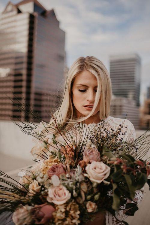 Ramo de novia rústico y una boda en medio de los edificios de Salt Lake City, Utah.
