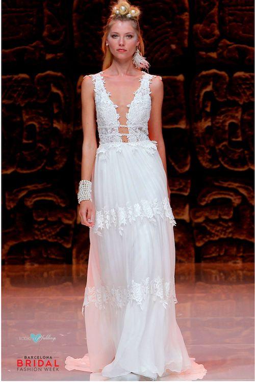 Detalles de rosas bordadas en los volados y en el top de este vestido de novia de Inmaculada.