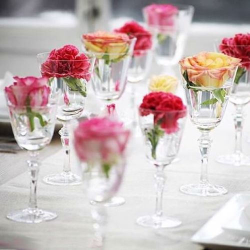 Boho, original and totally easy to do table decor with glasses and flowers.