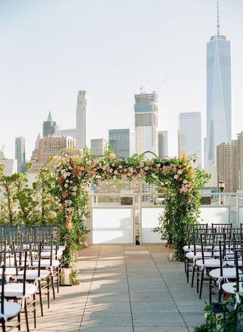 Un arco de bodas romántico sobre la terraza del Tribeca y el Empire State Building de fondo. New York.