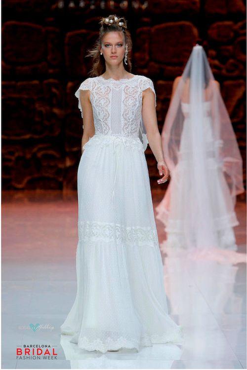 Delicado vestido de novia de Inmaculada García con mangas que se transforman en volados sobre la espalda en V.