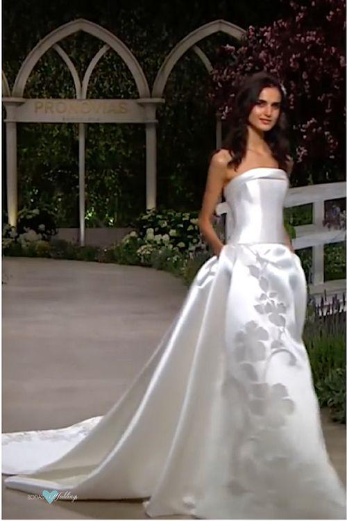 """Vestido de novia corte princesa que hace honor a la colección """"In Bloom"""" de Pronovias 2019."""
