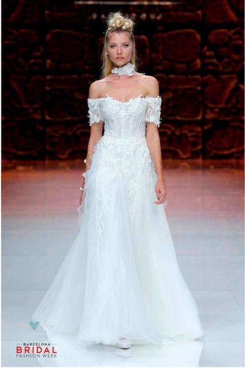 Hombros desnudos y un vestido de novia majestuoso.