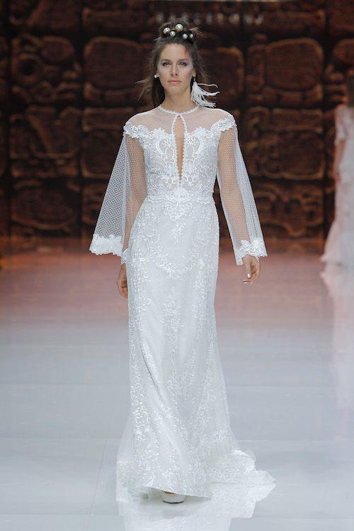 Vestido de novia con mangas de plumeti y detalles bordados con reflejos plateados de Inmaculada García.