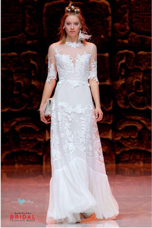 Top ilusión con escote corazón, detalles de plumas en el tocado y el bolso cruzado sobre el vestido de novia.