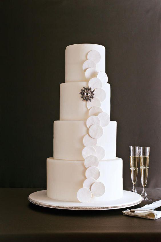 Pastel de bodas sencillo y elegante. Bizcocho de ron con crema de mantequilla.
