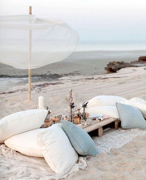 Para una boda con solo amigos y sin familia, un picnic en la playa ultra boho.