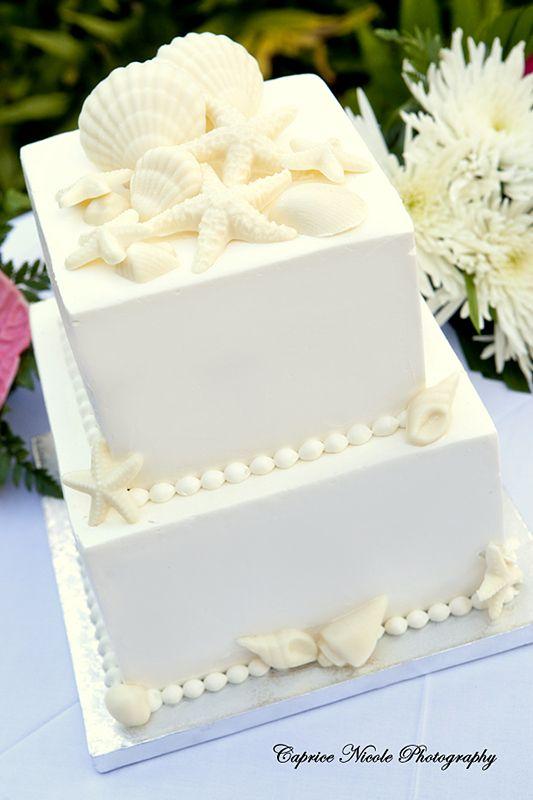 ¿Boda en la playa? Este pastel cuadrado cubierto con una suave capa de crema de mantequilla con perlas y estrellas de mar en chocolate blanco es perfecto para ti. Caprice Nicole Photography.