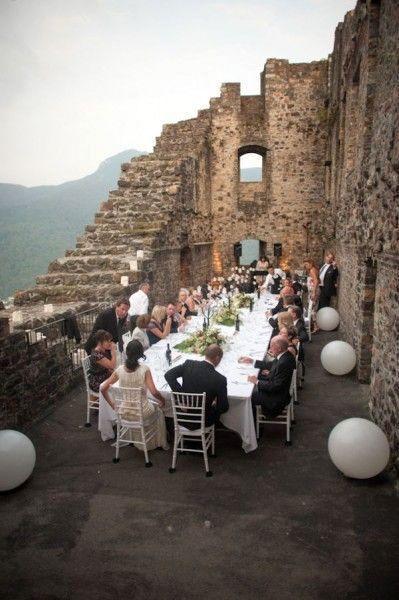 Aprovecha que la boda íntima tiene pocos y selectos invitados para organizarla en un castillo de ensueño.