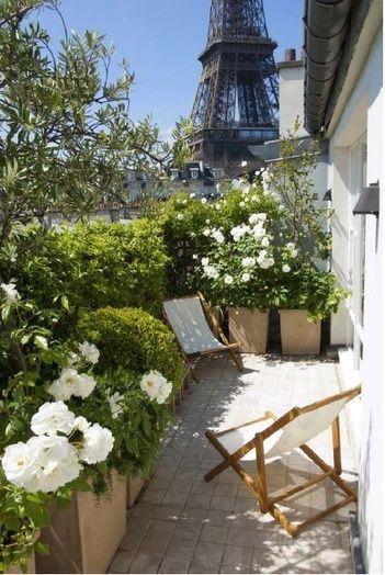 Incorpora el balcón a la celebración de una boda íntima en casa. Especialmente en Paris, con vistas de la Torre Eiffel.