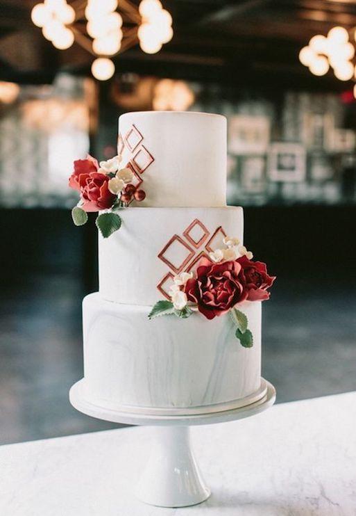 Si planeas una boda urbana, considera esta creación de tres pisos de magnífica sencillez que incorpora mármol y cobre.