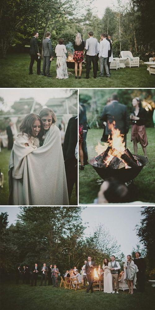 Una fogata y mantas abrigadas para los invitados. Bodas íntimas invierno.