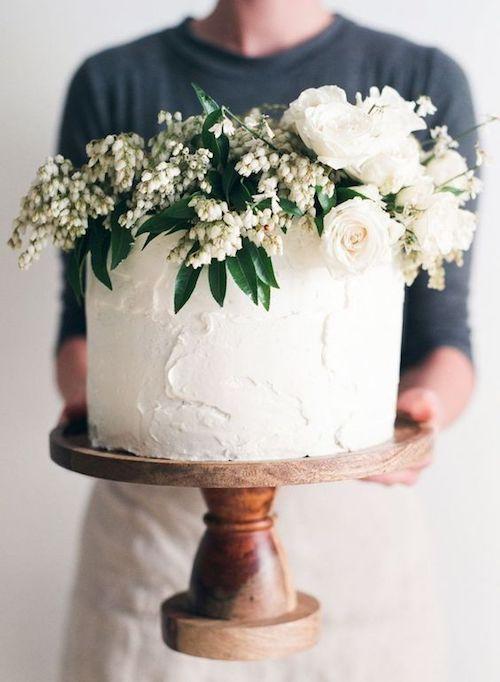No hay necesidad de un cake para bodas de tres pisos en una boda íntima, pero no por ello debe ser menos original y hermosa.