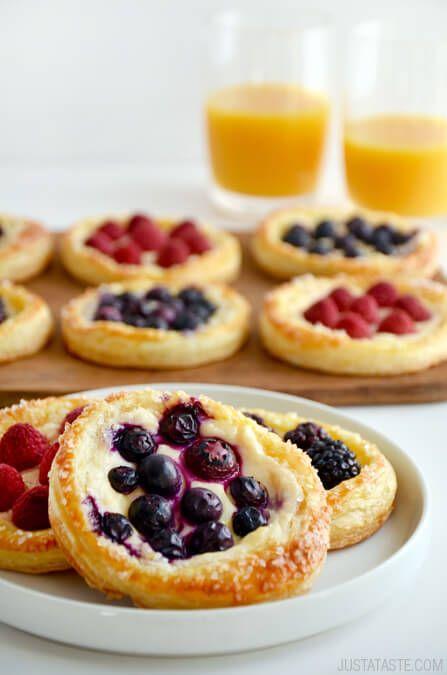 Si te decides por una boda brunch puedes hacer estas canastitas de fruta y crema. Foto: Just a Taste.