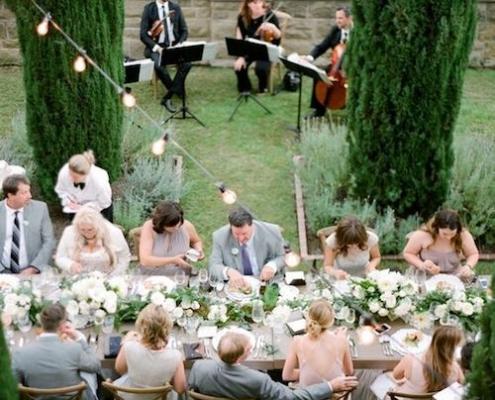 Descubre cómo celebrar una boda íntima y elegante. Fotografía: Jose Villa.