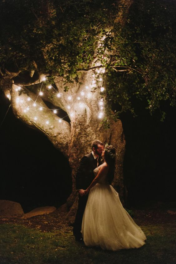 Super original decoración con luces y una fotografía de novela en el jardín de tu casa. Descubre porqué las bodas íntimas son mil veces mas divertidas.