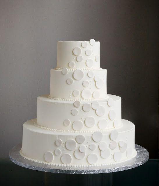 Decoración en crema de mantequilla para un clásico de clásicos: el pastel blanco de bodas.