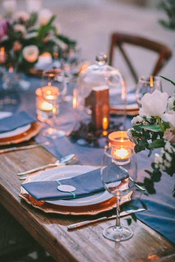 Una elegante boda primaveral llena de peonías con cena al fresco en el Hotel Kapsaliana Village en Creta, Grecia.