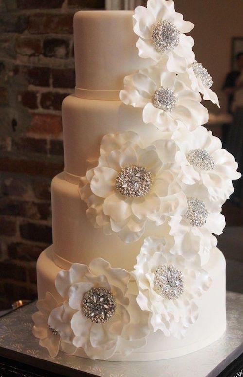 La elegante simplicidad de los pasteles de boda blancos.