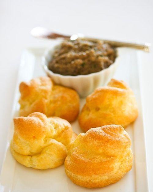 Puedes hacer masa de hojaldre casero para envolver un Pate a Choux que deleitará a tus invitados.