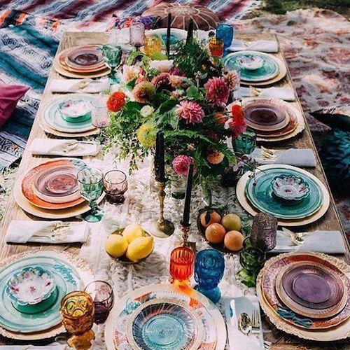 Ideas de mesas de bodas íntimas para las parejas a las que les gusta incorporar toques de color en su recepción.