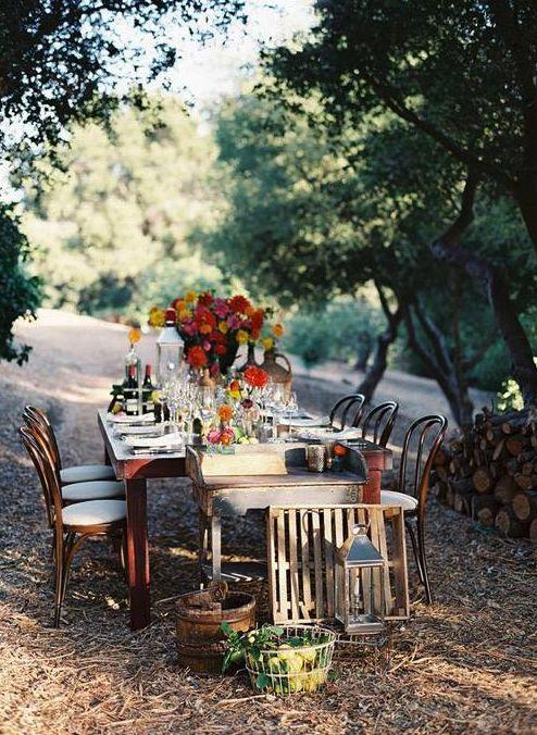 Esta mesa es super atractiva para una boda pequeña en un parque.