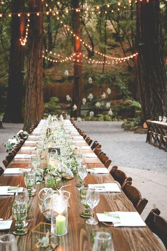 Una mesa sencilla con velas y sin mantel ni camino central.