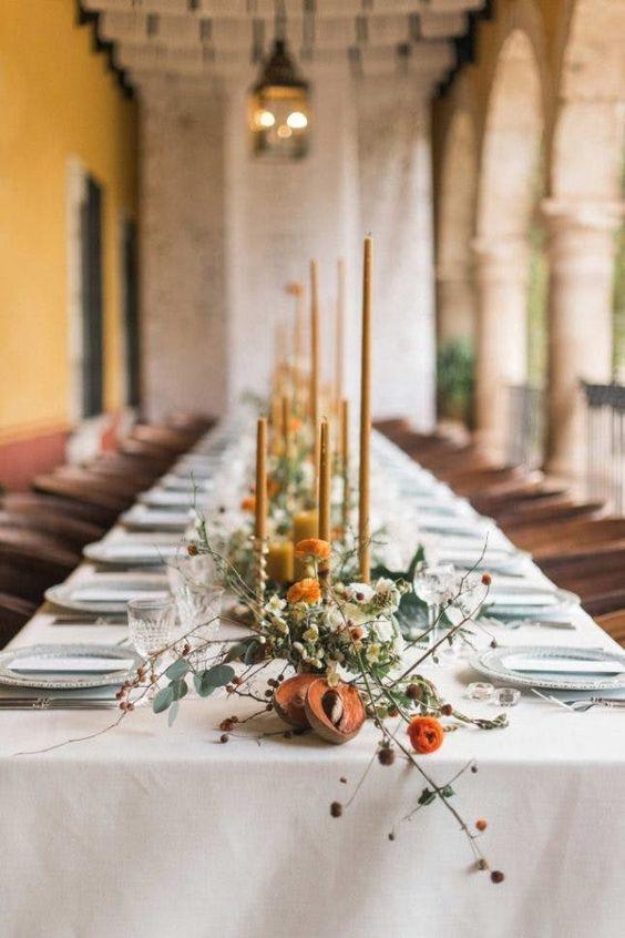Me encantan las mesas largas para las bodas íntimas. Les dan un aire muy señorial.