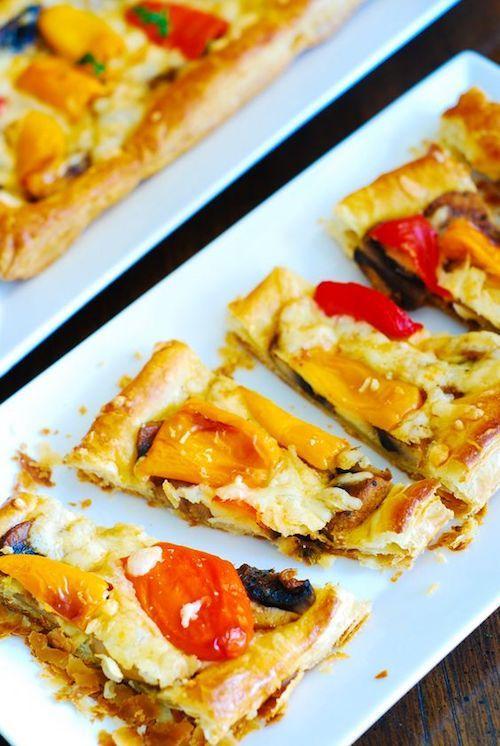 Sabrosas mini pizzas de hojaldre con pimientos, champiñones y queso mozzarella. Aperitivos vegetarianos rápidos y fáciles de preparar para tu fiesta de bodas. Foto: JuliasAlbum.