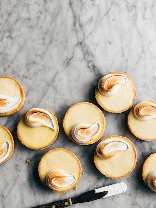 Puedes sumar detalles y delicias como estas mini tartas de limones Meyer. Un híbrido entre el citron y la naranja originario de china. Por theboywhobakes.