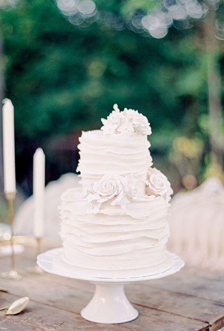 Pastel blanco en una boda en jardín: lujo y simplicidad.