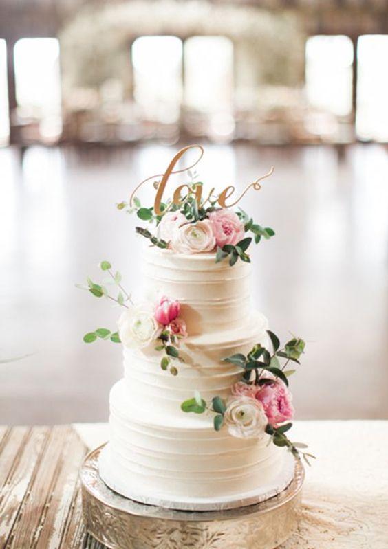 Nos fascina la simplicidad y elegancia de este pastel blanco que se adapta a cualquier temática.