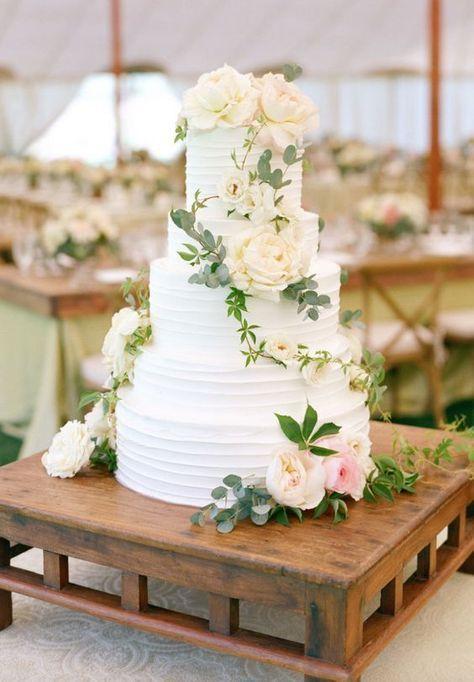 Nada es mas simple que el blanco en una boda y las flores siempre dan un toque de elegancia y estilo. Combina los dos para lograr un pastel de boda diferente.