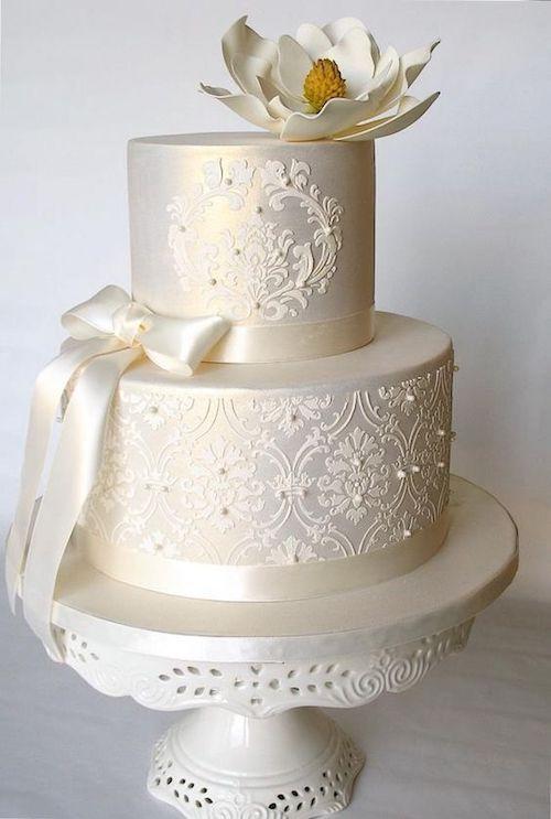 Pastel de boda sencillo y elegante en blanco con brillo.